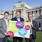 Veranstalter zeigen Fest der Freude Plakat am Heldenplatz