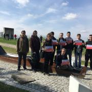 """Jugendliche halten Schilder mit den Botschaften """"Solidarität wirkt"""", """"Zivilcourage wirkt"""" und """"Niemals wieder"""" in der KZ-Gedenkstätte Mauthausen"""