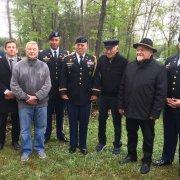 vlnr: KZ-Überlebende Shaul Spielmann, Daniel Chanoch und György Frisch umgeben von US Marines, die die Befreier repräsentierten. KZ-Überlebende Shaul Spielmann, Daniel Chanoch und György Frisch umgeben von US Marines, die die Befreier repräsentierten.
