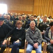 Die beiden KZ-Überlebenden Daniel Chanoch mit Ehefrau Raquel Chanoch sowie Shaul Spielmann mit Miriam Spielmann in der ersten Reihe. In der zweiten Reihe sind US-Marines zu sehen, die als Vertretung der Befreiernation vor Ort waren.