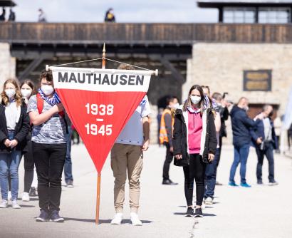 Befreiungsfeier 2021 - Jugendliche halten Wimpel mit der Aufschrift Mauthausen 1938-1945 © MKÖ / Sebastian Philipp